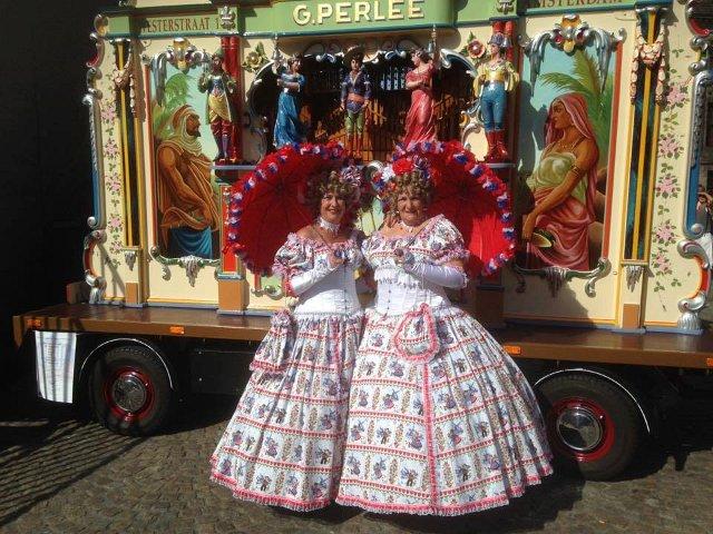 Ouderenprogramma draaiorgel draaiorgeltje accordeon liedjes historical dolls