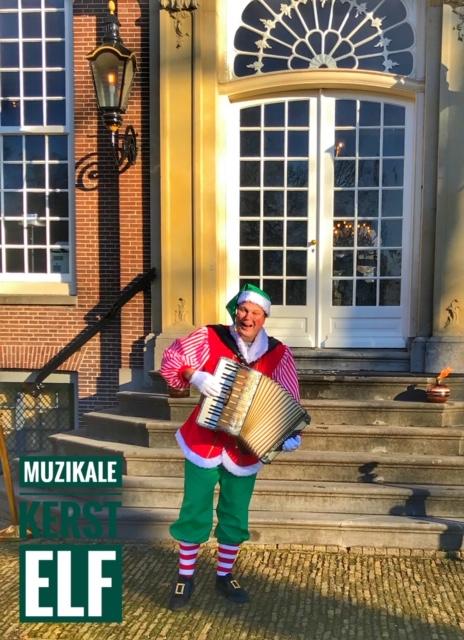 Muzikale Kerst Elf met accordeon Kerst Entertainment op veilige afstand. Live kerstmuziek op kerstmarkt, winkelcentra of bedrijf, binnen de Corona regels
